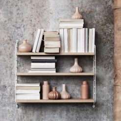 enkel bokhylla i trä