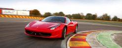 Röd Ferrari i Kurva